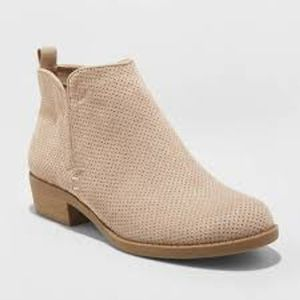 NWOT Universal Threads Dylan Taupe Ankle Booties